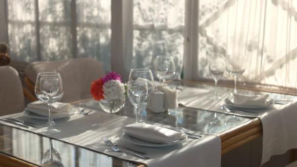 Jídelní stůl s nádobí