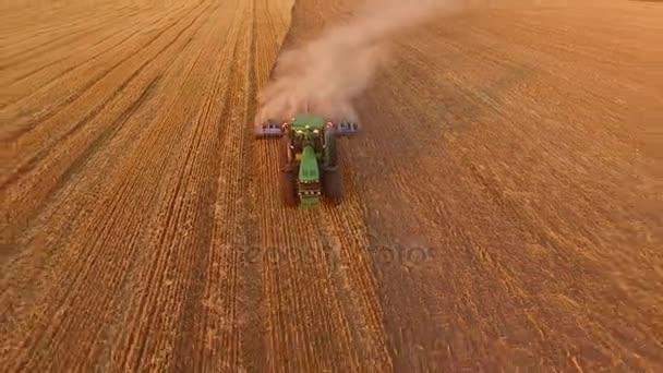 Traktor orat pole, letecký pohled