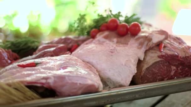 Velké kusy syrového masa.