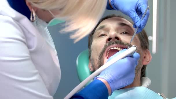 zubní čištění zubů.