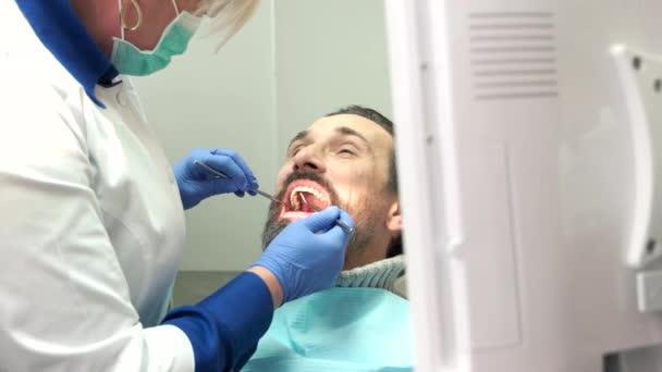 Zahnarzt arbeitet mit Patient.