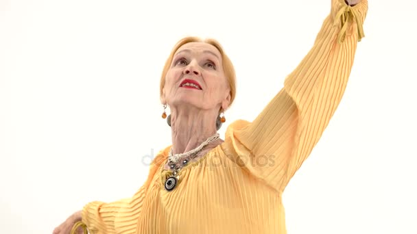 Tanzende Seniorin isoliert.