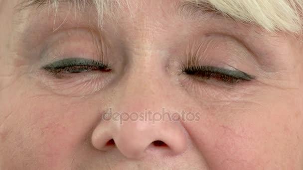 Augen einer älteren Dame.