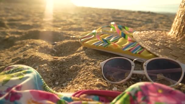 Napszemüveg és kalap a homok