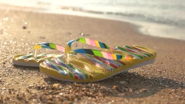 Nedves flip papucs a homok