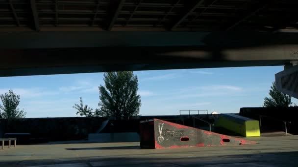 Rollerblader skočit z rampy