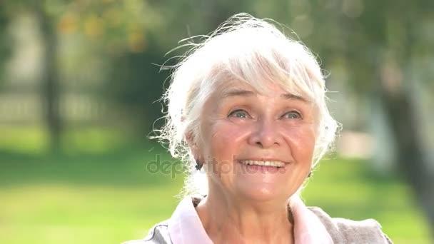 Promyšlené stará žena s úsměvem