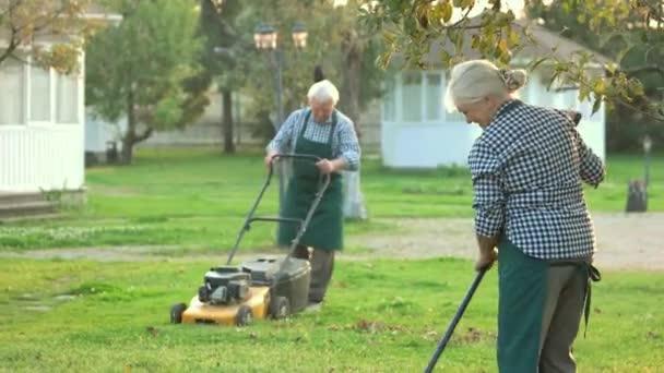 Paar ältere Gärtner arbeiten.