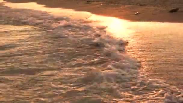 Krásné vlny při západu slunce