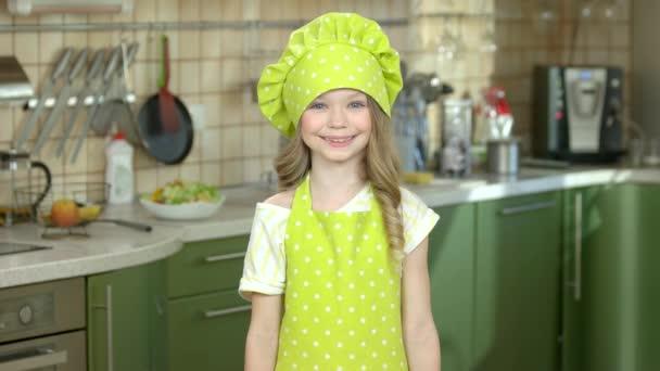 glückliches Mädchen mit Küchenutensilien.