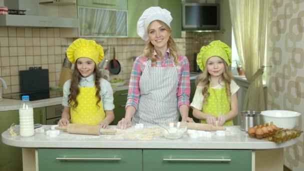 Žena kuchař a děti.