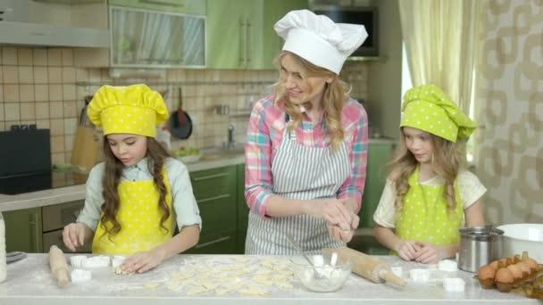 Frau mit Kindern, Küche