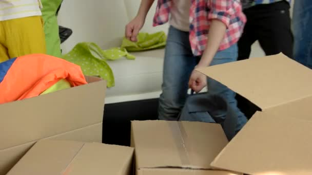 Menschen packen Dinge in Kisten.
