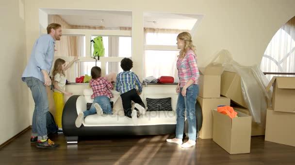 šťastná rodina sedí na gauči.