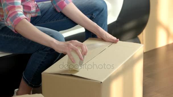 Csomagoló doboz nő kezében.