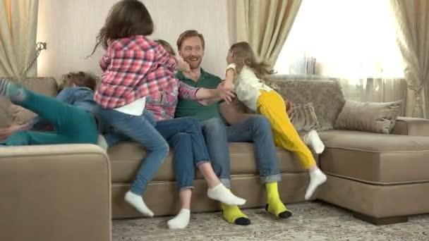 Rodiče s dcery a syn.