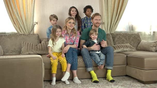 Kavkazská rodina sledování televize.