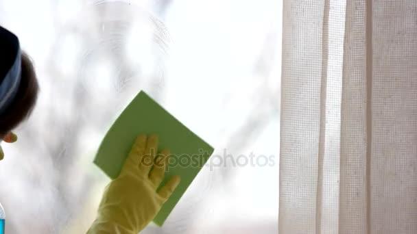 Weibliche Hand waschen Fenster