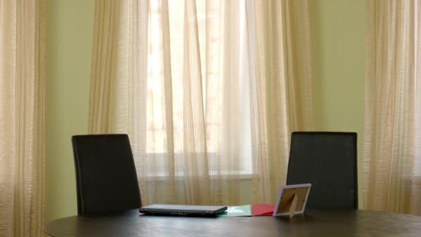 Tabelle mit Laptop in der Nähe von Fenster