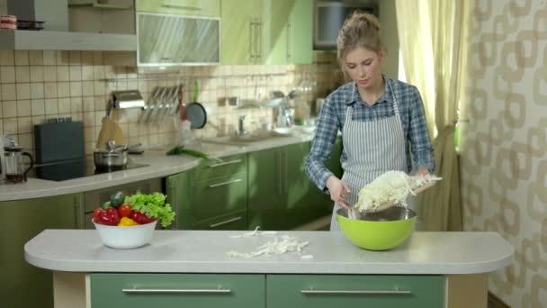 Fiatal nő, kötény, konyha.