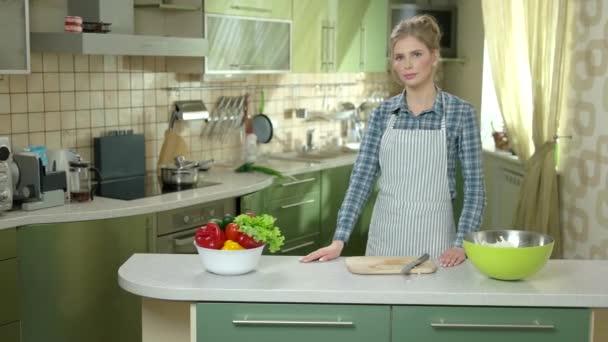 Žena, která stála v kuchyni.