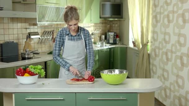 mladá žena v kuchyni.