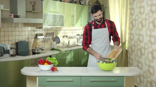 muž řezání rajče.