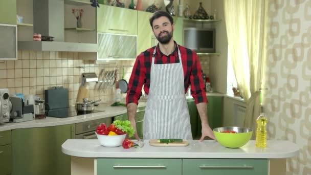 muž v kuchyni.