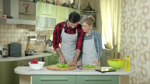 Muž a žena řezání salát.