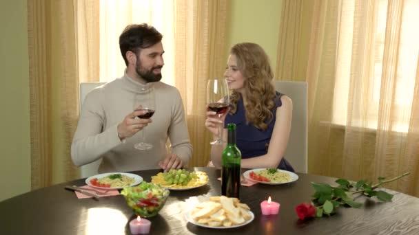 Pár u stolu pití vína