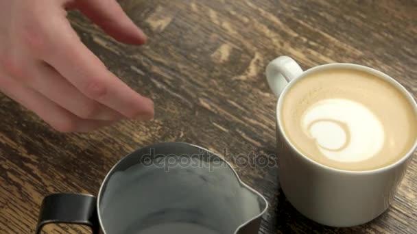 Barista tvorby latte art medvěd