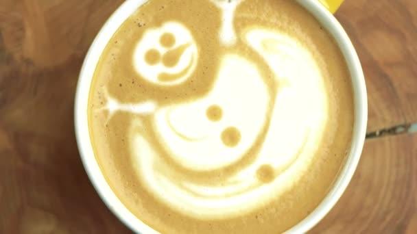 Latte art sněhulák