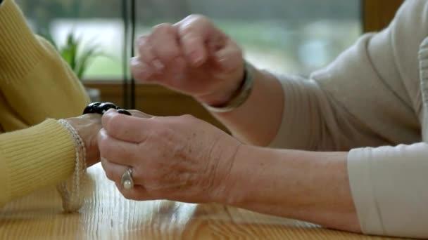 Ältere Hände mit Schmuck.