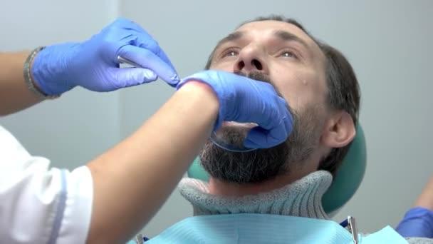 Patient mit Mundöffner.