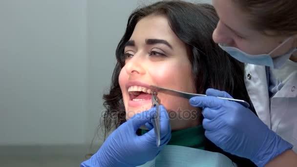 Zubař instalaci zuby rovnátka.