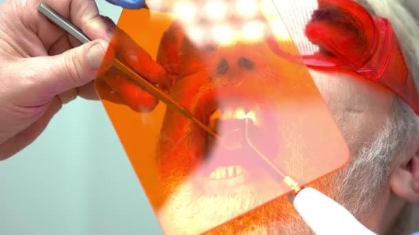 Stomatologe mit UV-Licht.