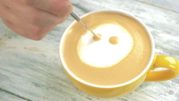 Ruční tvorby latte art smajlík.