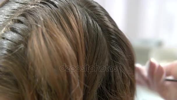 Ruce, kartáčování vlasů makro.