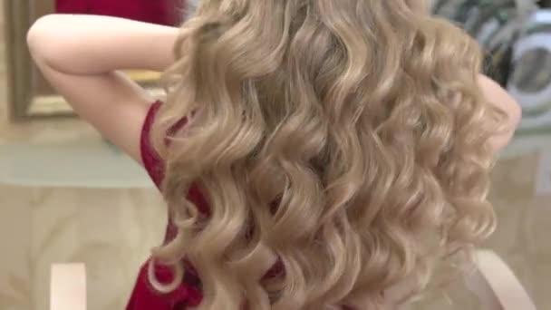 Gyönyörű haj-kicsi lány.