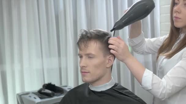 Női fodrászat, haj szárító.