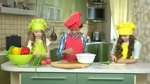 Děti v kuchyni.