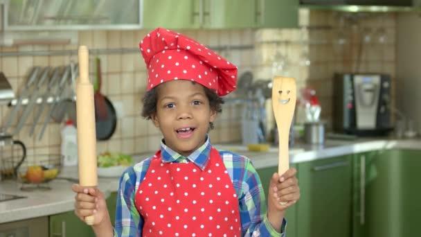 Überrascht junge Koch Uniform.