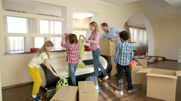 rodina rozbalení krabice