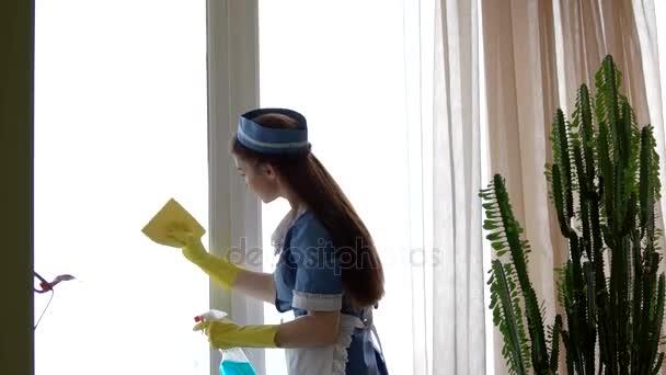 Junge Hausmädchen ein Fenster Reinigung