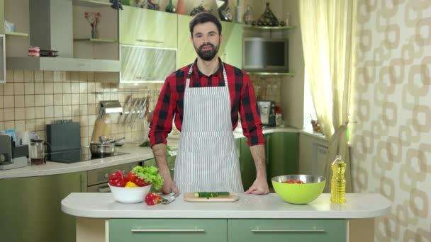 Usmívající se muž v kuchyni.