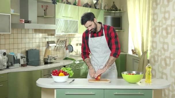 muž řezání jablko.