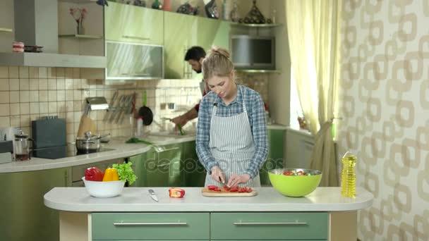 Kavkazský pár v kuchyni.