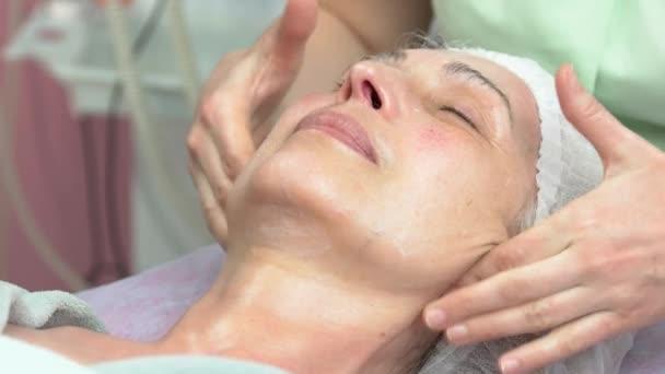 Žena s lymfatické obličeje masáž