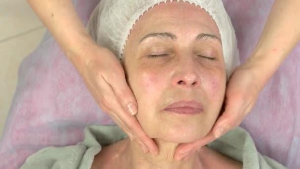 Zralá žena s lymfatickou masáží