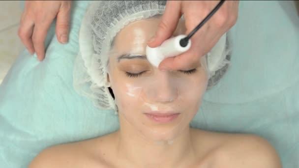 Gesichtsphorese in Schönheitsklinik.